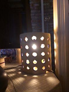 Lampada da comodino con buchi geometrici