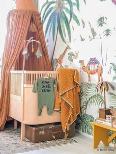 Babykamer inspiratie van Souraya van Binti Home - Jungle Baby Room, Jungle Theme Nursery, Nursery Themes, Nursery Decor, Baby Painting, Baby Room Design, Baby Bedroom, Kindergarten, Baby Cribs