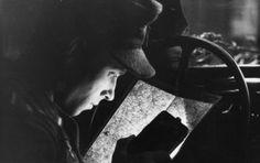 Juni 1944 - Frankreich.- Soldat in einem Auto im Schein einer Taschenlampe eine Karte lesend