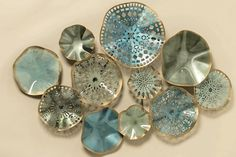 Wanddecoratie cirkel Tosno bestaande uit dichte schalen maar ook schalen met uitgesneden motief.