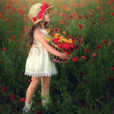Nereye gittiysem oraya; hep, çiçeklerle giderim. Little Girl Photos, Cute Baby Girl Pictures, Cute Little Girls, Cute Photos, Cute Kids, Cute Babies, Cute Photography, Children Photography, Beautiful Children
