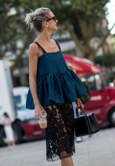 Mature street style for spring summer The silhouette of this look is everything, don't be afraid to stand out. Street Style, Street Chic, Looks Style, Style Me, Fashion Looks, Nyc Fashion, Jeans Fashion, Street Fashion, Mode Inspiration