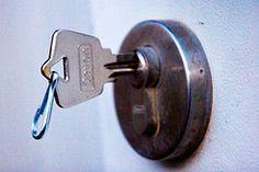 Manch ein Geschäftsmann übertreibt es gerne mit der Sicherheit und lässt niemanden an den Tresor. Dabei kann es ihm auch mal unterlaufen, dass er den Schlüssel vom Tresor im Tresor lässt und die Türe schließt. Auch hier gilt, Schlüsseldienst Frankfurt anrufen und in wenigen Minuten seinen Schlüssel in der Hand zu halten. Schnell, sicher und diskret, das ist der Schlüsseldienst Berlin. Für weitere Informationen besuchen - http://schluesselfix-berlin.de