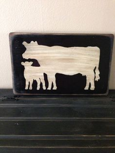 Reclaimed Wood Cow Art using image transfer. Painted Signs, Wooden Signs, Primitive Kitchen, Primitive Decor, Cow Decor, Cow Kitchen Decor, Barn Wood Crafts, Pallet Crafts, Rustic Farmhouse Decor