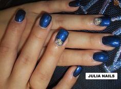 GEL COULER BLEU NACRE PRONAILS ( amélioré par mes soins avec un pigment bleu nuit ), trois cristaux posés sur du gel BANC NACRE et sertie avec du gel Or