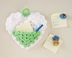 This Heart Pocket Note Holder Free Crochet Pattern is a cool way to store notes! Make one with the free pattern with the link provided below. Crochet World, Crochet Home, Love Crochet, Crochet Gifts, Crochet Flowers, Crochet Hearts, Crochet Bags, Crochet Animals, Crochet Kitchen
