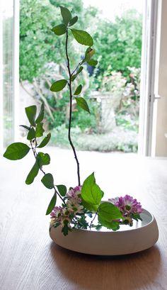 Ikébana, école Sogetsu, vase Moribana par Géraldine K. Ikebana, Vase, Plants, Inspiration, Biblical Inspiration, Plant, Vases, Flower Arrangements, Inspirational