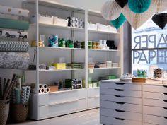 Uma papelaria com estantes em branco e blocos de gaveta com rodízios