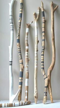 Nature Crafts, Home Crafts, Diy And Crafts, Arts And Crafts, Painted Driftwood, Driftwood Art, Deco Nature, Driftwood Projects, Stick Art