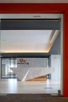 西華藝室內裝修設計工程 - 台灣二版有限公司 辦公室 台灣二版是位在南港軟體園區的防毒軟體公司,這次拍的是一間辦公室。空間攝影我強調的是量體的光影與線條,必要的時候會打燈光輔助。這張照片的重點在天花板,採用的角度比較低,略微仰角,要表現出天花板俐落、直線、一層層的科技感。燈光控制很重要,因為會影響整張照片的平衡與細節,相對地大理石櫃檯就不需要那麼亮。攝影是一種思考的工作,考慮的層面很多,也要有能力將想法執行到位,有時又必須遷就環境現有的條件。