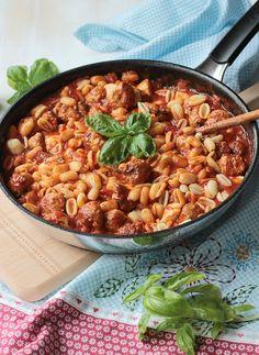 Pasta mit Bratwurstbällchen und Tomaten-Mozzarella-Basilikum Sauce