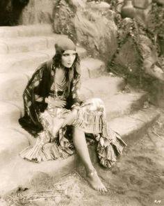 Gypsy Dolores del Rio in Revenge, 1928 Vintage Gypsy, Look Vintage, Vintage Beauty, Belle Epoque, Gypsy Life, Gypsy Soul, Vintage Photographs, Vintage Photos, Kino Theater