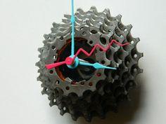 diy uhr mit bunten Uhrzeigern aus Fahrrad