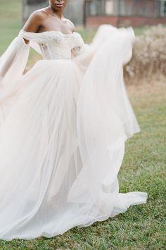 Bride in motion Photo: @laurenreneephoto