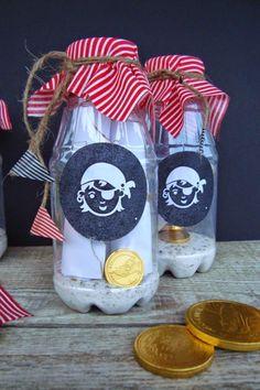 Diese piratige Flaschenpost kannst Du sowohl als Einladung als auch als Give-away-Verpackung für Deine Piraten-Kindergeburstags-Party verwenden. Weitere Ideen für Deinen Piraten-Geburtstag findest Du auch auf blog.balloonas.com