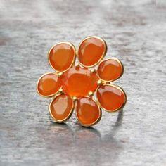 Bague fleur or et cornaline Claire de Divonne exclusivement chez l'Atelier des Bijoux Créateurs.