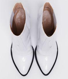 Bota feminina  Material: sintético   Com bico fino  Em verniz  Marca: Satinato     COLEÇÃO INVERNO 2017     Veja outras opções de    sapatos femininos.        Sobre a marca Satinato     A Satinato possui uma coleção de sapatos, bolsas e acessórios cheios de tendências de moda. 90% dos seus produtos são em couro. A principal característica dos Sapatos Santinato são o conforto, moda e qualidade! Com diferentes opções e estilos de sapatos, bolsas e acessórios. A Satinato também oferece para…