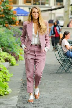 Blake Lively Keeps Cool in the Casual Off-Duty Suit : Blake Lively Keeps Cool in the Casual Off-Duty Suit The actress, Blake Lively, swapped out her catwalk-ready ensembles for something softer, a menswear inspired suit. Blake Lively Outfits, Blake Lively Street Style, Mode Blake Lively, Blake Lively Gossip Girl, Blake Lively Style Casual, Blake Lively Fashion, Blake Lively Dress, Vivienne Westwood Suit, Look Fashion