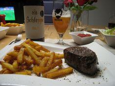 von kuechenereignisse.com  Was ist ein schöner Fußballabend ohne guten Bier? Und was ist ein gutes Bier ohne kräftiger Unterlage? Da kam nur ein Mignon-Steak mit Pommes in Frage.