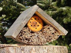 Domek dla owadów. Przeznaczony jako miejsce zakładania gniazd dzikich owadów zapylających - głównie pszczoły murarki ogrodowej.  Wymiary:    długość: 40 cm   szerokość 30 cm   wysokość 25 cm