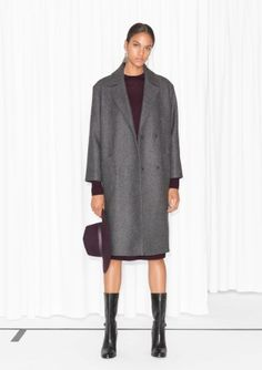 Over-the-knee length Hidden double-snap closure, front Two patch pockets and one inner pocket Fastened half-belt, back Fully lined Model wears: UK 10/EU 36/US 6   Length of coat: 103 cm (size 36)