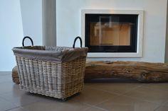 Cestone portalegna in midollino naturale con ruote. Rattan basket for firewood