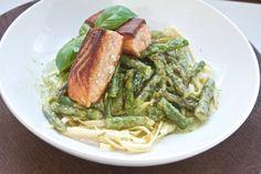 Pesto-flødesovs med grønne asparges, LCHF-pasta og laks - Hjemme hos Xenia