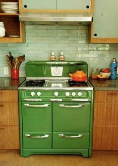 Home Interior Modern Vintage stove.Home Interior Modern Vintage stove Cozy Kitchen, Country Kitchen, New Kitchen, Kitchen Decor, 1950s Kitchen, Kitchen Furniture, Kitchen Ideas, Kitchen Tips, Green Kitchen