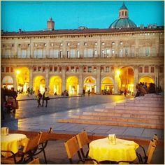 Racconti di vita quotidiana. La #PicOfTheDay #turismoer di oggi aspetta l'arrivo della sera nella #PiazzaMaggiore di #Bologna. Complimenti e grazie a @la_fafetta / Tales of everyday life. Today's #PicOfTheDay #turismoer awaits the coming of evening in #Bologna's main square. Congrats and thanks to @la_fafetta