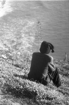 Nazareth. Uomo seduto in spiaggia., Patellani, Federico – Fotografie – Lombardia Beni Culturali