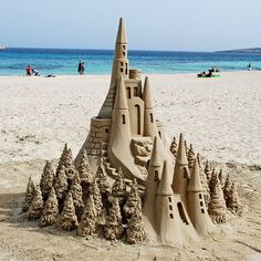 Sand Castle in Santa Cruz, CA << Wow, who made this awesome piece of art? (It's listed as in Santa Cruz, but we don't recognize the beach. Snow Sculptures, Art Sculpture, Art Plage, Summer Paradise, Snow Art, Am Meer, Jolie Photo, Beach Art, Beach Play