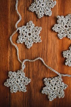 diy crochet snowflake garland - A collection of crochet patterns, tips, supplies, amigurumi ideas and more. Diy Crochet Garland, Diy Garland, Snowflake Garland, Crochet Snowflakes, Crochet Home, Knit Crochet, Crafts To Do, Diy Crafts, Butterfly Flowers