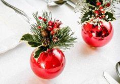 Mała, elegancka dekoracja świątecznego stołu. Stroik-bombka zachwyci każdego z twoich gości, doskonale komponując się z choinką i innymi bożonarodzeniowymi ozdobami.  Żeby wykonać takie stroiki potrzebujesz kilku bombek choinkowych oraz sztucznych lub prawdziwych świątecznych roślinek – gałązek świerku, jemioły, szyszek.  Poniżej przekonasz się jak przemienić je w wyjątkowe bożonarodzeniowe stroiki.