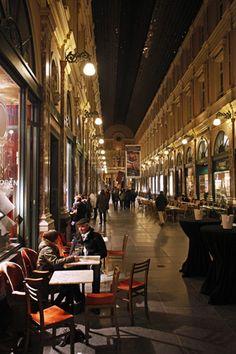 "Ladenstraße ""Galeries Royales Saint-Hubert"" in Brüssel am Abend"