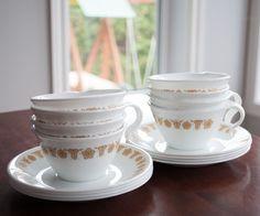 8 tasses et soucoupe Pyrex vintage, couleur verre de lait, Corelle Butterfly Gold de la boutique 3rvintages sur Etsy