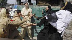Alcune poliziotte indiane cercano di disperdere i manifestanti durante una protesta in Srinagar, città situata all'interno della divisione del Kashmir.  La manifestazione in questione è stata organizzata da studenti paramedici, che protestano contro le modalità di alcune prove previste dal loro corso di studi.