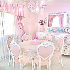 Shabby Chic Dining Room With Pink Table and Heart Chairs. Tapis Shabby Chic, Rose Shabby Chic, Muebles Shabby Chic, Shabby Chic Style, Shabby Chic Bedrooms, Shabby Chic Homes, Shabby Chic Decor, Shabby Chic Curtains, Bedroom Vintage