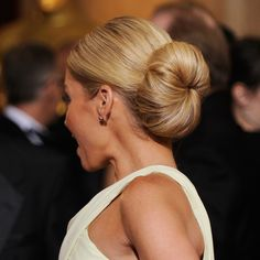 The key to achieving a dramatic chignon on par with Kelly Ripa's is creating a sectioned ponytail. Oscar Hairstyles, Best Wedding Hairstyles, Bun Hairstyles, Bridal Hair Buns, Bridal Hair Inspiration, Big Bun, Kelly Ripa, Hair Dos, Beauty Hacks