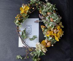 Category : Wreathご覧いただきありがとうございます。蔓梅擬(つるうめもどき)の実がオレンジ色にはじける前の若い黄色の実の状態でシンプルに枝を丸...|ハンドメイド、手作り、手仕事品の通販・販売・購入ならCreema。 Creema, Floral Wreath, Wreaths, Handmade, Home Decor, Garlands, Hand Made, Homemade Home Decor, Flower Crown