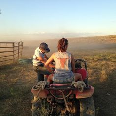 Quick lesson on the 4 Wheeler before they push the cattle out. @marianagoldfarb rocking the @ringerswestern tank.  #ringerswestern #ringersgotgame #westernaustralia #brazil #cowboyup #canaloff #motorbike