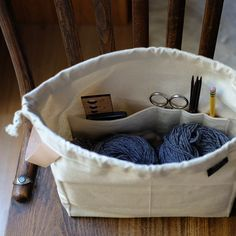Designed by Karen Templer, the Field Bag by Fringe Supply Co. is so well designed … - Easy Yarn Crafts Knitting Projects, Sewing Projects, Diy Sac, Templer, Small Notebook, Diaper Bag Backpack, Diaper Bags, Craft Bags, Bag Patterns To Sew