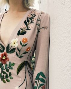 Embroidered dress by Tessa Perlow Embroidery On Clothes, Embroidered Clothes, Embroidery Fashion, Embroidery Dress, Hand Embroidery, Tessa Perlow, Diy Fashion, Fashion Outfits, Diy Vetement
