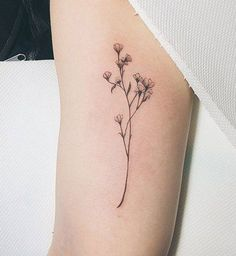 Des petites fleurs à l'intérieur du bras