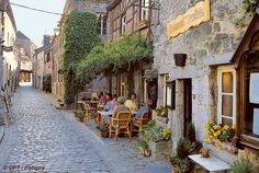Known as the smallest town on earth Durbuy is also one of the prettiest. The old town dates mainly from the 17 th century. Its pedestrian streets, winding between the ancient houses, are narrow and cobbled. Durbuy is a very pleasant holiday resort renowned for its excellent food.