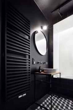Matt schwarzes Gäste-WC mit Dreilocharmatur und Aufsatzschale - zeitgeistige Eleganz.   Daniel Apartment by Blackhaus