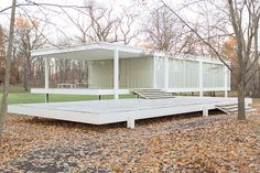 The Farnsworth House in Plano, Illinois was designed and built by architect Ludwig Mies van der Rohe between 1945 and 1951 as a one room, 1500 square foot weekend retreat for Dr. Edith Farnsworth of Chicago, Illinois. Farnsworth House, Maison Farnsworth, Ludwig Mies Van Der Rohe, Frank Gehry, International Style Architecture, Walter Gropius, Prefab Homes, Le Corbusier, Classic House