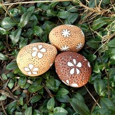 keramická vajíčka - V. puntík velikonoce vzor velikonoční vejce kraslice vajíčko vzorovaný čárky goemetrie Eggs, Ceramics, Food, Easter Activities, Ceramica, Pottery, Essen, Egg, Meals