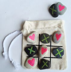 Diy rock tic tac toe game day of school подарки, идеи Projects For Kids, Sewing Projects, Craft Projects, Crafts For Kids, Rock Crafts, Crafts To Sell, Arts And Crafts, Childrens Board Games, Cousin Gifts