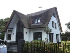 Moderne villa met rieten dak door Dekker Rietdekkers