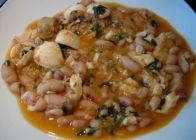 Comece por fazer um estufado com 1/4 da cebola picada, metade dos alhos, o vinho branco, metade dos coentros, o tomate, a malagueta e o peixe
